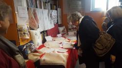 Il Sindaco Anna Ravoni guarda i lavori del Gruppo di Ricamo