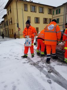 Caldine: spargimento sale in Piazza del Mercato
